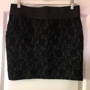 Short bandage skirt with lace detail
